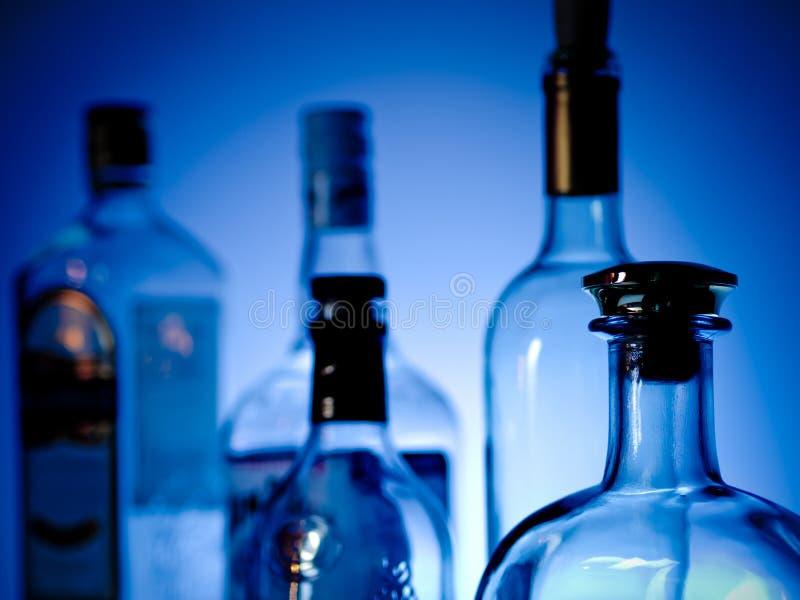 Botellas en una barra foto de archivo