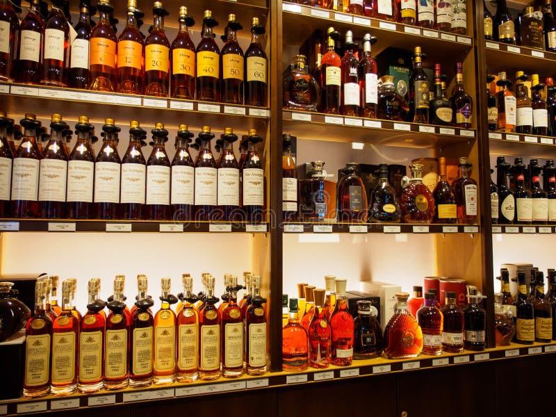 Botellas múltiples de coñac y de Amarginac, París, Francia foto de archivo