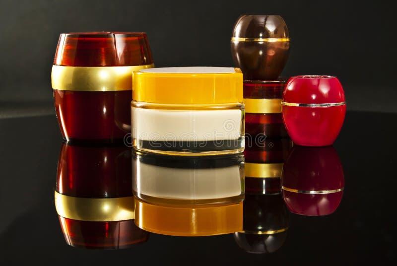Botellas multicoloras de crema. imágenes de archivo libres de regalías