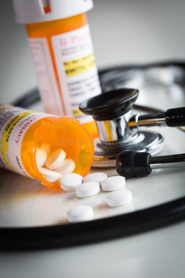 Botellas No-propietarias de la prescripción de la medicina y píldoras derramadas fotos de archivo