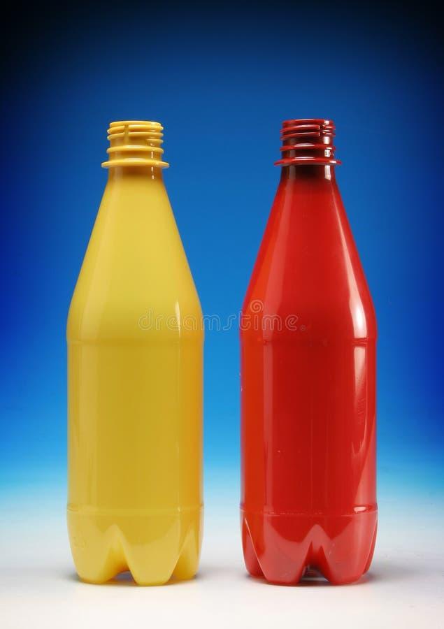 Botellas plásticas amarillo y rojo foto de archivo libre de regalías