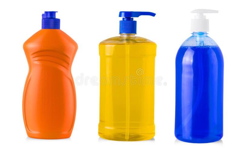 Botellas plásticas con el detergente para ropa, el agente de limpieza, el blanqueo o el suavizador líquido de la tela aislado en  fotos de archivo libres de regalías