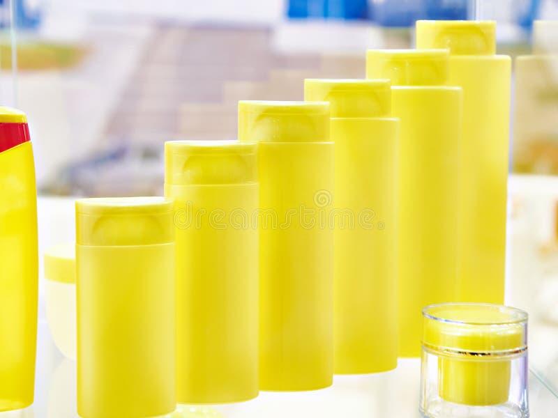 Botellas plásticas de champú y de tarro para el cosmético fotos de archivo