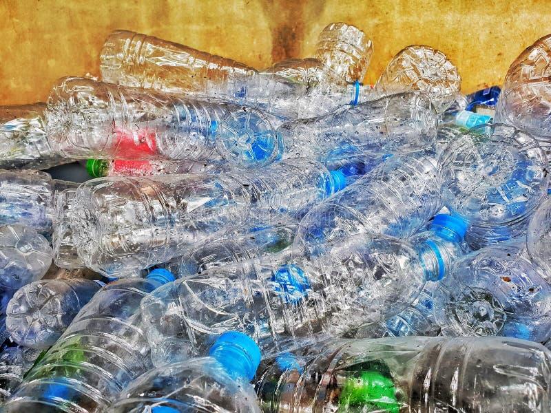 Botellas plásticas en la papelera de reciclaje, proceso de la gestión de desechos fotografía de archivo