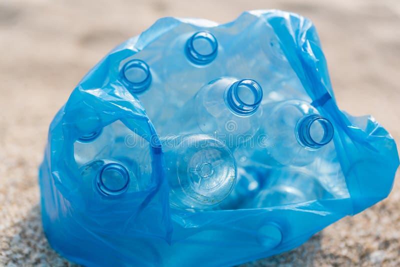 Botellas plásticas en una bolsa de plástico foto de archivo