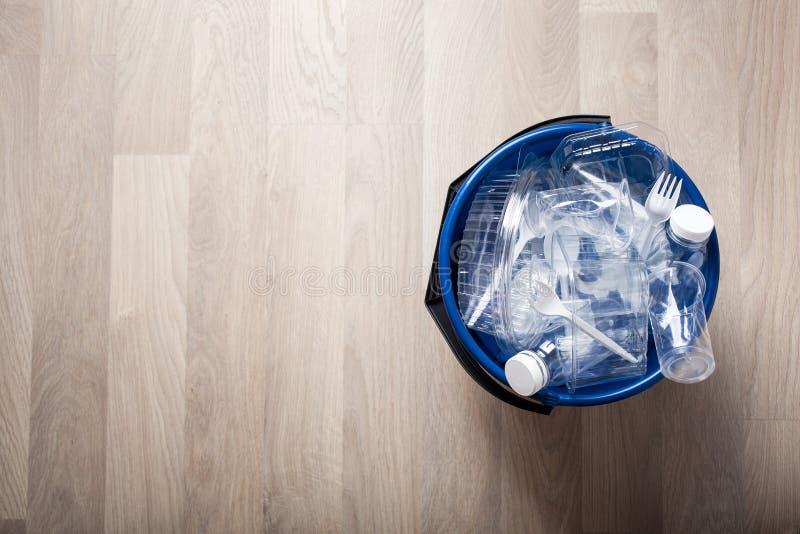 Botellas plásticas reciclables limpias, envases, tazas en compartimiento de basura reutilización plástica de la gestión de desech imagen de archivo