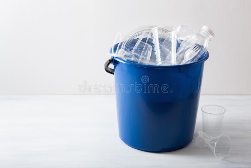 Botellas plásticas reciclables limpias, envases, tazas en compartimiento de basura reutilización plástica de la gestión de desech fotografía de archivo