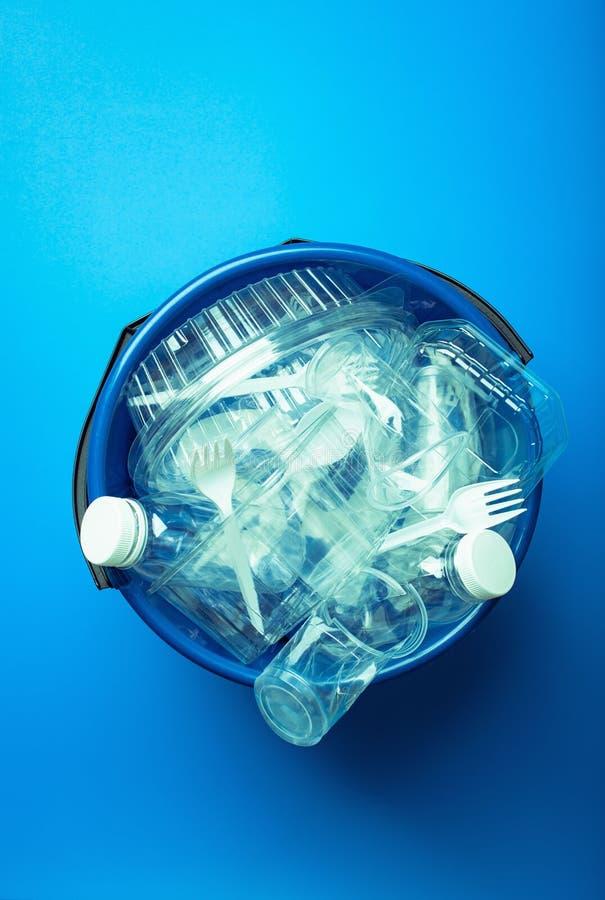 Botellas plásticas reciclables limpias, envases, tazas en compartimiento de basura reutilización plástica de la gestión de desech foto de archivo libre de regalías