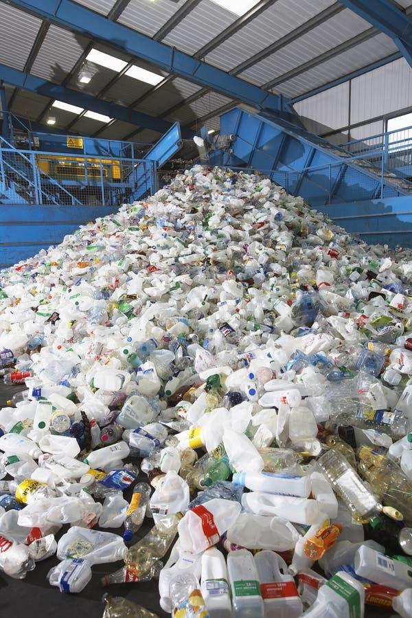 Botellas plásticas usadas en el reciclaje de la fábrica fotografía de archivo