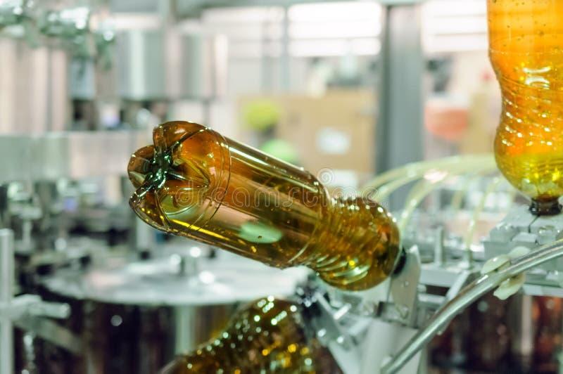 Botellas plásticas vacías del ANIMAL DOMÉSTICO en una máquina de rellenar fotografía de archivo libre de regalías