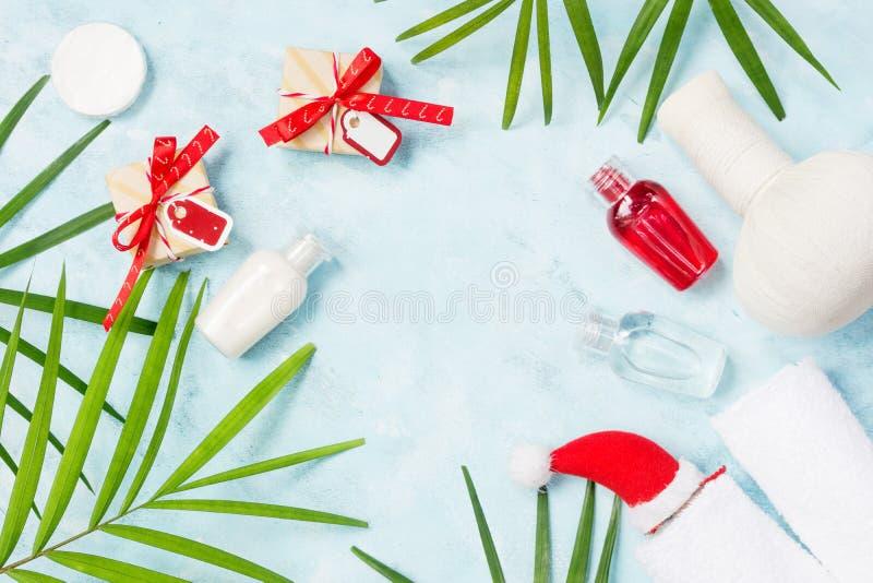 Botellas planas del champú de la opinión superior de la endecha con los regalos de la Navidad, la barra del jabón y las hojas de  fotos de archivo libres de regalías