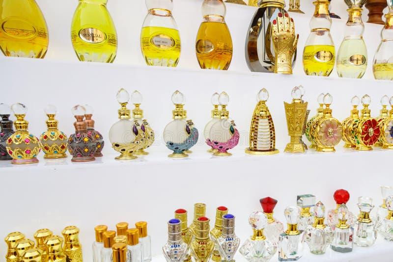 Botellas rico adornadas con perfume árabe foto de archivo