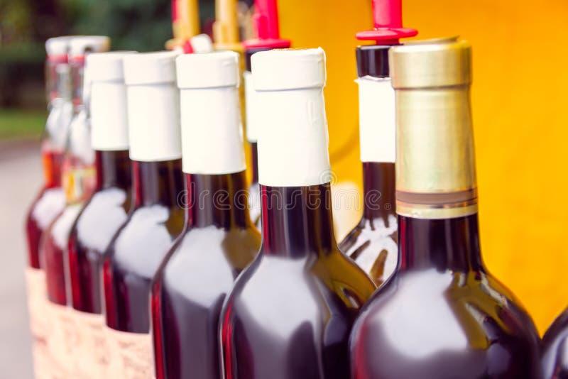 Botellas tapadas con corcho de vino fotos de archivo libres de regalías