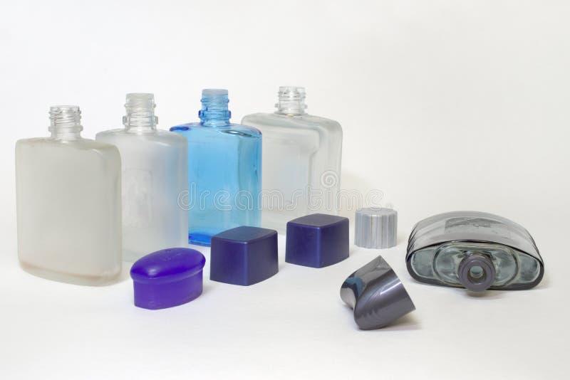 Botellas vacías de lociones después del afeitado con los casquillos abiertos imagen de archivo libre de regalías