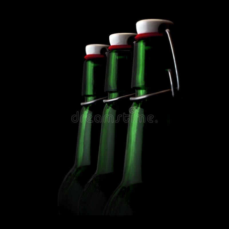 Botellas viejas del verde del fasion en un fondo negro fotografía de archivo