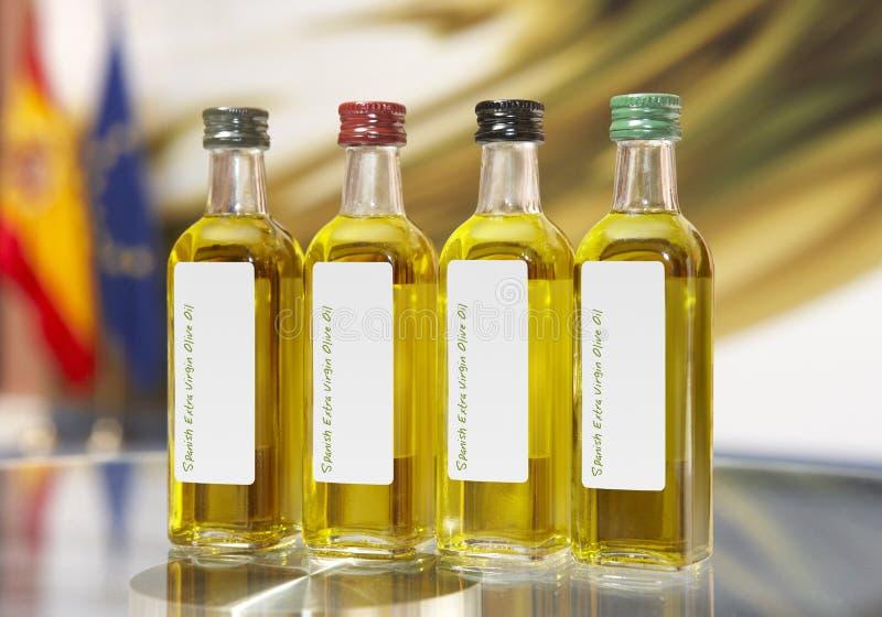 Botellas virginales adicionales españolas del aceite de oliva foto de archivo