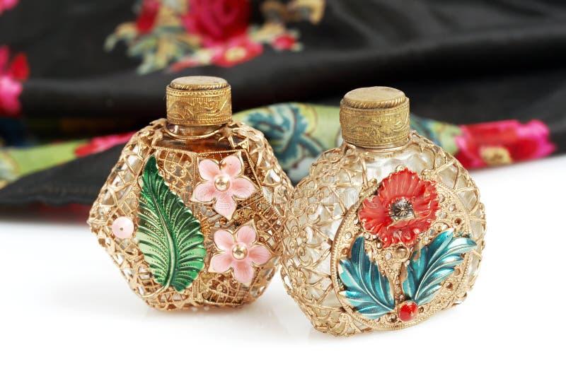 Botellas y bufanda de perfume de la vendimia imagen de archivo libre de regalías
