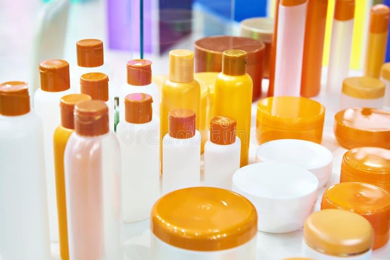 Botellas y tarros plásticos para los cosméticos imágenes de archivo libres de regalías