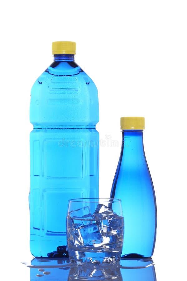 Botellas y vidrio de agua mineral fotos de archivo libres de regalías