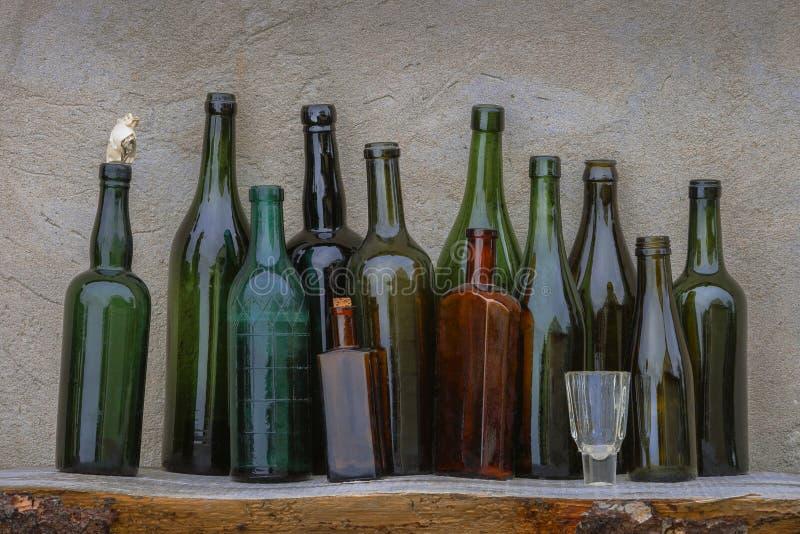 Botellas y vidrio viejos de vino fotos de archivo