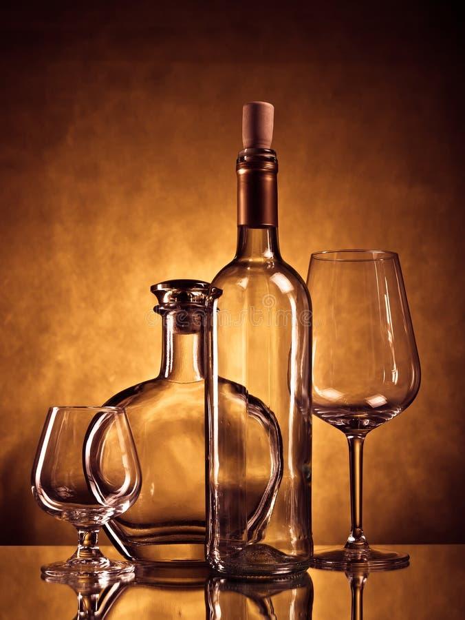 Botellas y vidrios imágenes de archivo libres de regalías