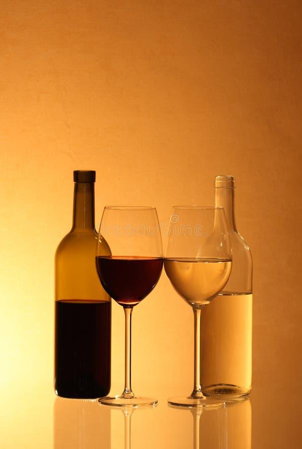 Botellas y vidrios de vino imágenes de archivo libres de regalías