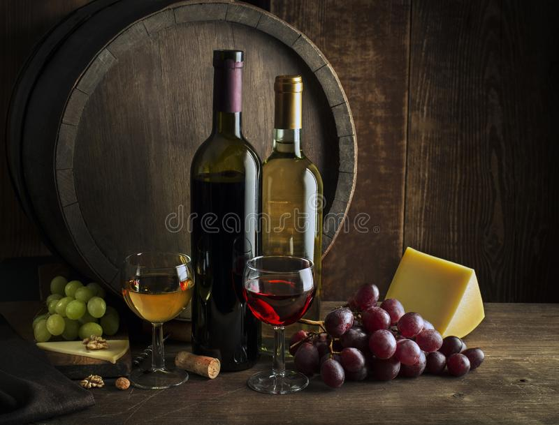 Botellas y vidrios de vino blanco y rojo foto de archivo libre de regalías