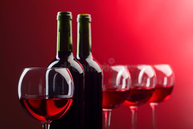 Botellas y vidrios de vino rosado foto de archivo