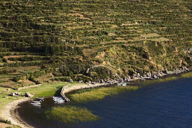 Boten in Baai op Isla del Sol in Meer Titicaca, Bolivië royalty-vrije stock afbeelding