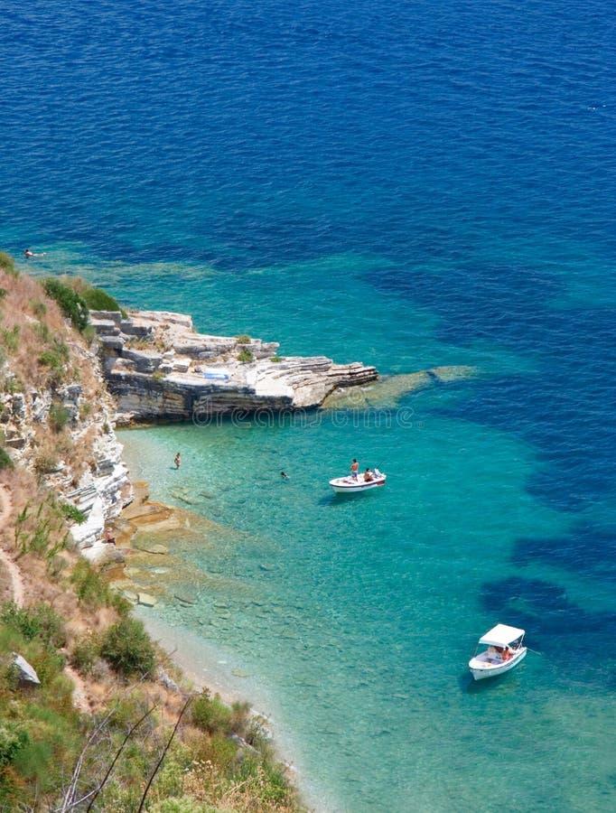 Boten bij baai op het eiland van Korfu stock foto