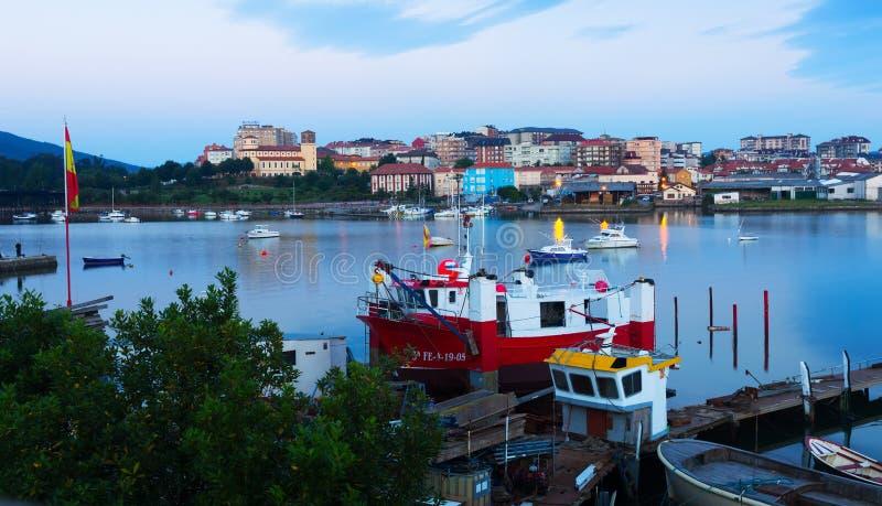 Boten bij Baai van Santander in schemering Cantabrië stock afbeeldingen