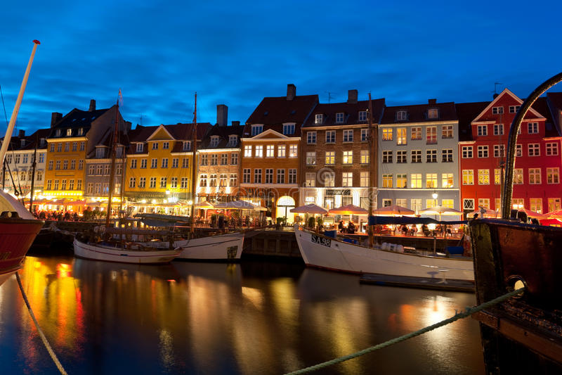 Boten bij de haven in Nyhavn bij nacht royalty-vrije stock foto's