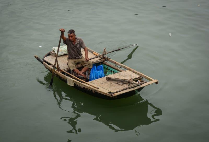 Boten bij de pier in Quang Ninh, Vietnam royalty-vrije stock fotografie