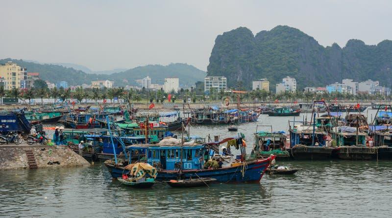 Boten bij de pier in Quang Ninh, Vietnam royalty-vrije stock afbeelding