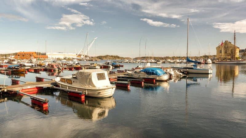 Boten bij de pijler in het dorp van de visser, Noorwegen royalty-vrije stock foto