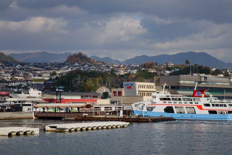 Boten bij de toeristenpijler in Hiroshima royalty-vrije stock afbeeldingen