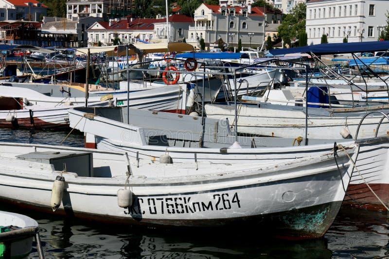 Boten bij dok in Balaklava royalty-vrije stock afbeeldingen