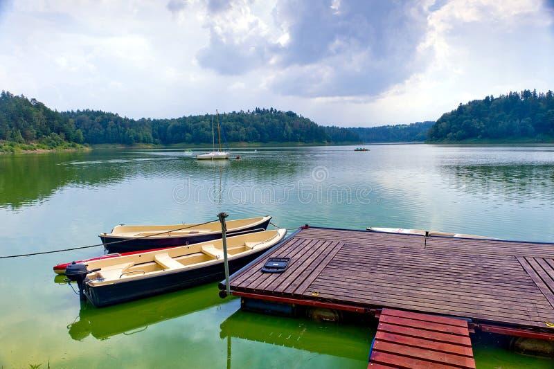 Boten bij dok, Pilchowice-Meer, Polen stock fotografie