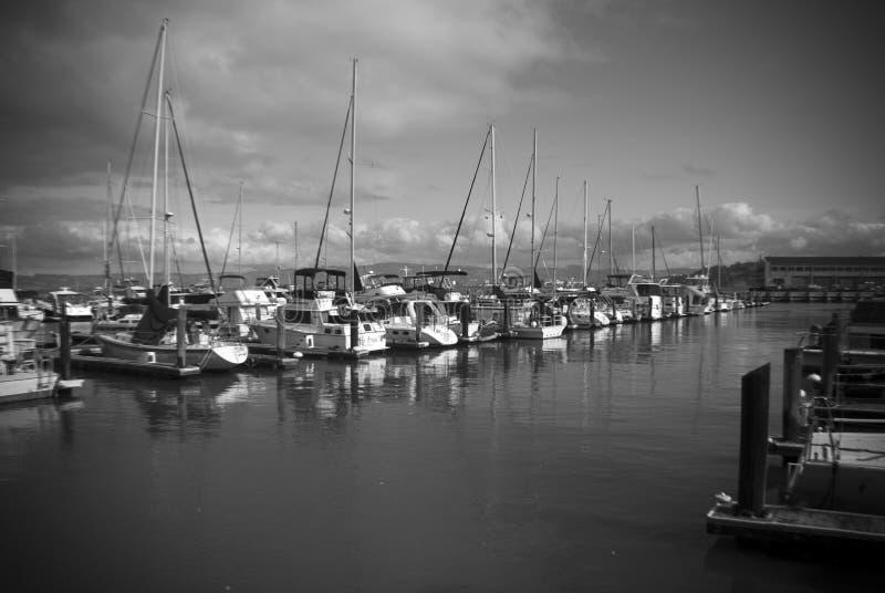 Boten bij een jachthaven worden vastgelegd die royalty-vrije stock foto