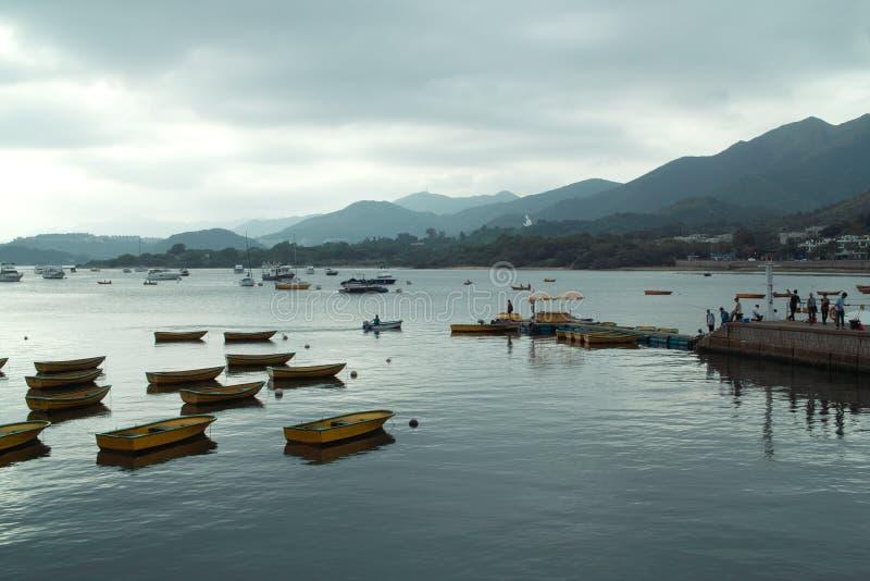 Boten bij kust royalty-vrije stock afbeeldingen