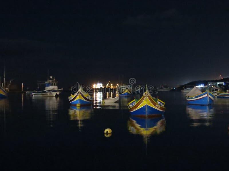 Boten bij nacht, Marsaxlokk, Malta royalty-vrije stock afbeelding