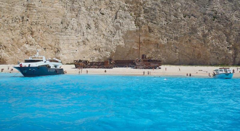 Boten bij Navagio-Strand, het Griekse Eiland van Zakynthos, Griekenland royalty-vrije stock foto