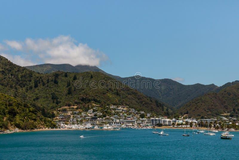 Boten bij Picton-jachthaven in Nieuw Zeeland worden verankerd dat royalty-vrije stock foto