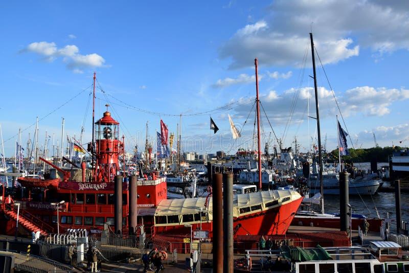 Boten bij St pauli-Landungsbrucken, Hafengeburtstag - de Viering van de Havenverjaardag stock afbeeldingen