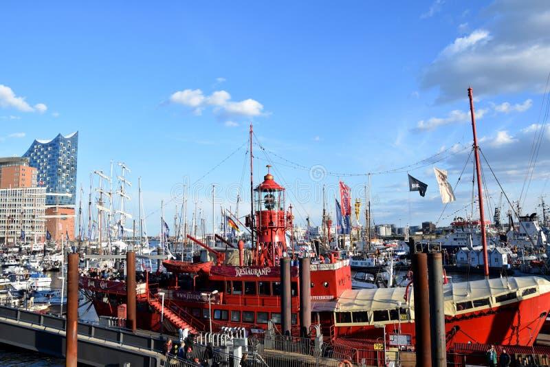 Boten bij St pauli-Landungsbrucken, Hafengeburtstag - de Viering van de Havenverjaardag stock foto