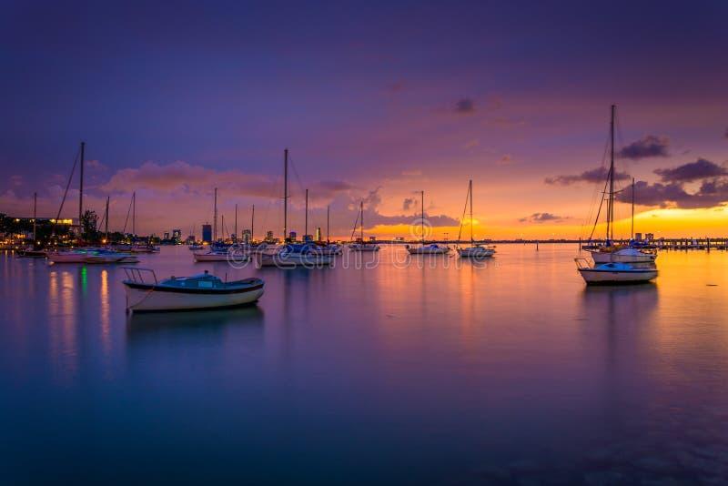 Boten in Biscayne-Baai bij zonsondergang, die van het Strand van Miami, Florida wordt gezien stock afbeeldingen