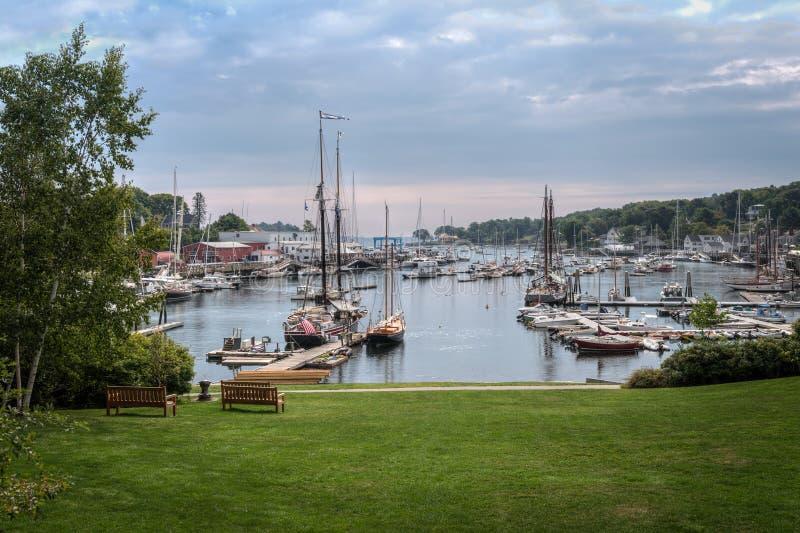 Boten in Camden Harbor - Maine worden verankerd dat stock foto