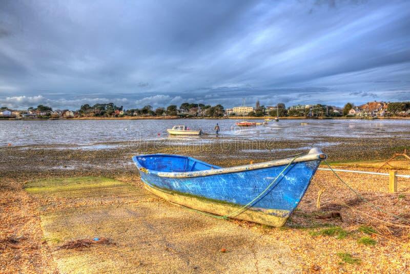 Boten in Christchurch-haven dichtbij Mudeford Dorset Engeland het UK als het schilderen in levendige heldere kleur HDR royalty-vrije stock foto's