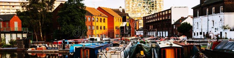 Boten in de avond bij het beroemde kanaal van Birmingham in het UK worden vastgelegd dat stock foto