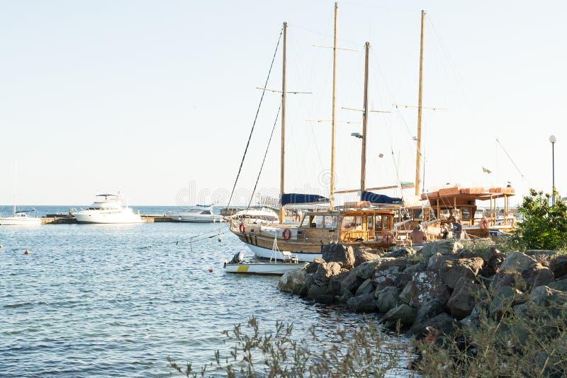 Boten in de Baai van Nessebar, Bulgarije, de Zomermiddag 2 royalty-vrije stock foto's